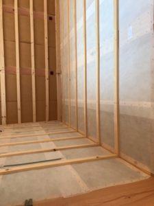 セルロースファイバー断熱材の充填前の壁